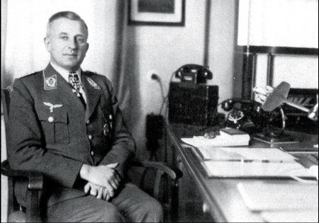 Оберст-лейтенант (подполковник) Теодор Ровель за своим рабочим столом в штабе Аufkl.Gr.Ob.d.L.